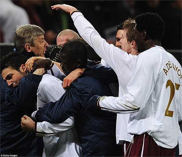 Ăn mừng cùng Fabregas và các học trò sau bàn thắng vào lưới AC Milan tại San Siro tháng 3/2008