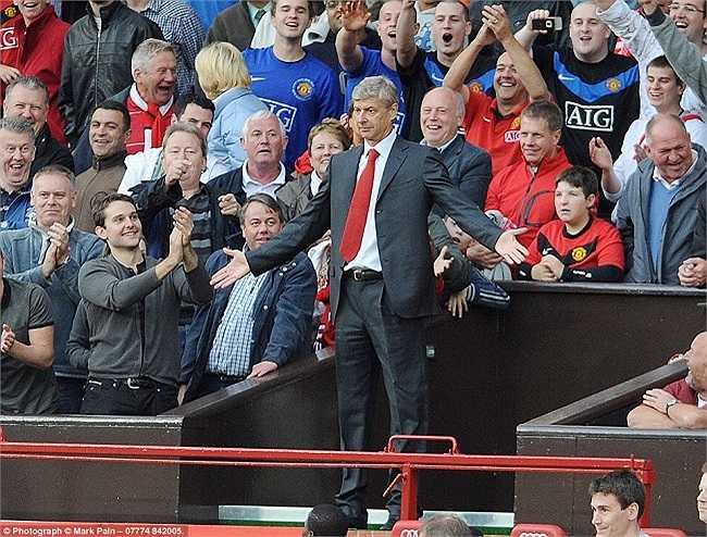 Khoảnh khắc ấn tượng của Wenger tại khán đài Old Trafford trong trận đuấ với Man Utd, tháng 8/2009