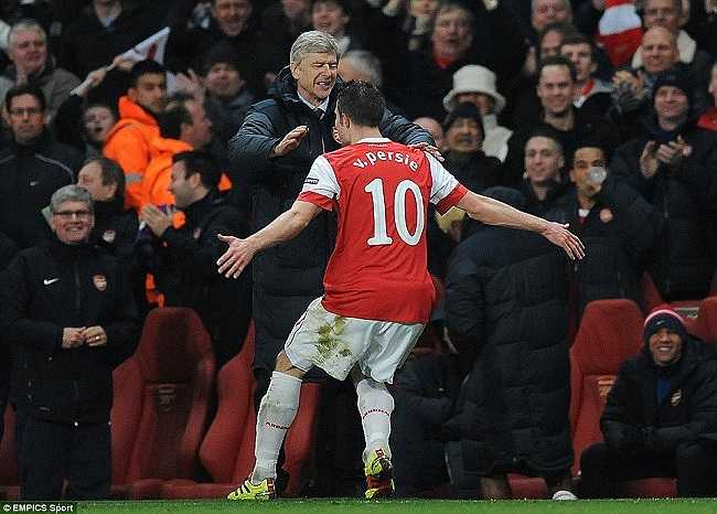 Khoảnh khắc hạnh phúc cuối cùng với Robin van Persie trước khi tiền đạo người Hà Lan chuyển sang khoác áo Man Utd