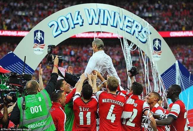 Ăn mừng chức vô địch FA cup 2014, chấm dứt chuỗi 9 năm liền trắng tay trên mọi mặt trận