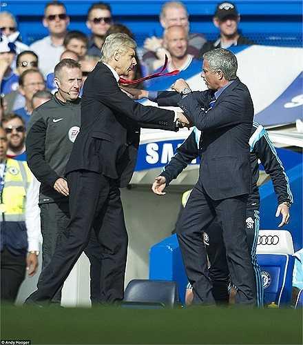 Xô xát với Jose Mourinho trong trận đuấ giữa Arsenal và Chelsea, Wenger một lần nữa chịu thất bại trước Mourinho