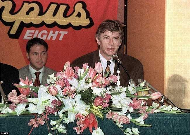 Trả lời phỏng vấn trong buổi ra mắt dưới tư cách HLV trưởng của CLB Nhật Bản, Nagoya Grampus Eight vào năm 1995