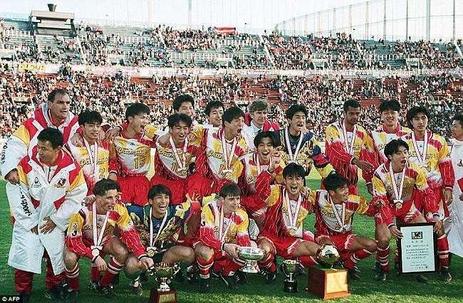 Ăn mừng chức vô địch Emperor's Cup 1995 cùng Nagoya Grampus Eight