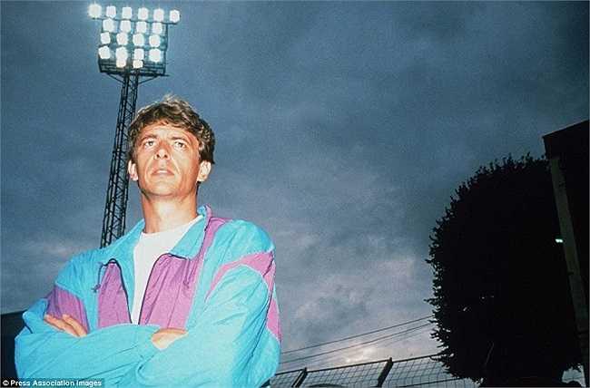 Hình ảnh được chụp lại trước khi Wenger chia tay Nhật Bản để chuyển sáng dẫn dắt Arsenal