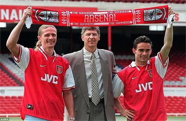 Ký hợp đồng với Emmanuel Petit (trái) and Marc Overmars (phải) vào năm 1997