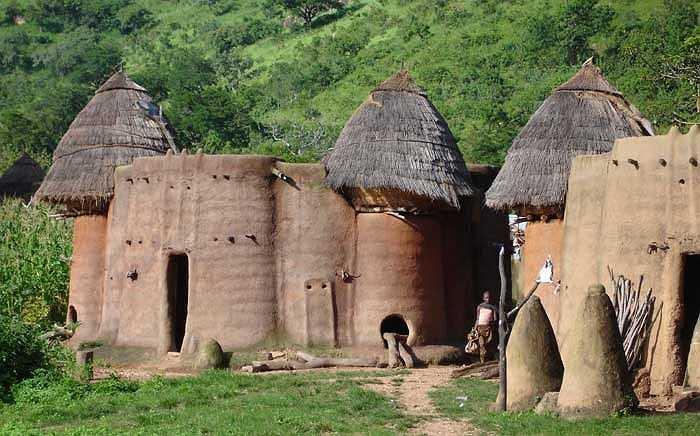 Nguyên liệu chính để xây dựng ngôi nhà mấm là đất sét dẻo và rơm lúa mạch.