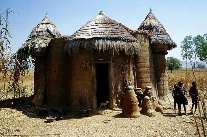 Các 'ngôi nhà nấm' đều có cửa quay về hướng Tây. Họ tin rằng, hướng Tây mang lại sinh lực và may mắn cho gia chủ.