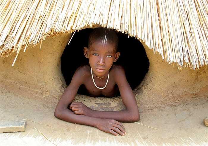 Điều đặc biệt là có rất nhiều bàn thờ bày biện trong 'nhà nấm'. Theo tín ngưỡng của bộ tộc này thì số bàn thờ trong nhà tương đương với số người sống trong gia đình đó.