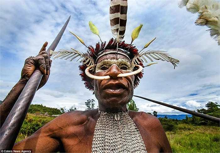 Chiến binh Asmat và cây giáo làm vũ khí