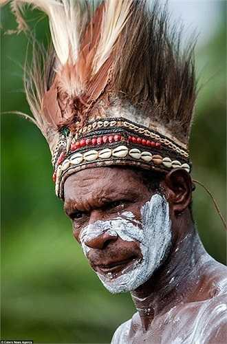 Vật dụng trang điểm bằng lông chim của người Asmat