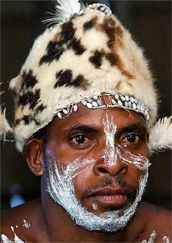 Mũ da thú của một chiến binh Asmat