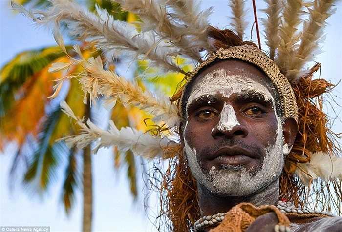 Xem thêm những bức chân dung của các người dân bộ tộc Asmat trên đảo New Guinea, Indonesia
