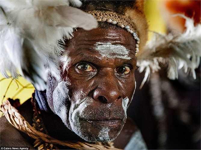 Những người dân của bộ tộc này dùng lông chim để