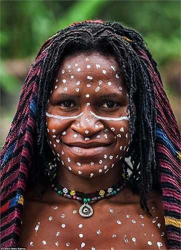 Những chấm trắng được trang điểm trên cả mặt và thân mình của các phụ nữ Asmat