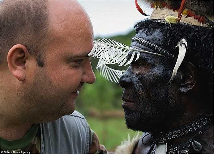 Nhiếp ảnh gia và bức ảnh kỷ niệm cùng với một thổ dân Asmat