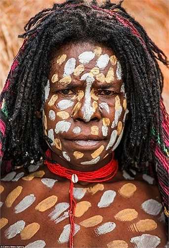 Sơn người bằng các màu sắc là tục lệ trang điểm của phụ nữ Asmat
