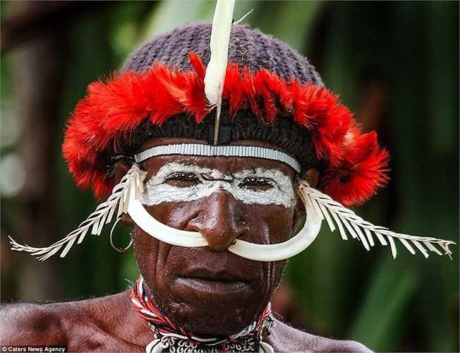 Đàn ông trang điểm bằng lông chim và răng thú