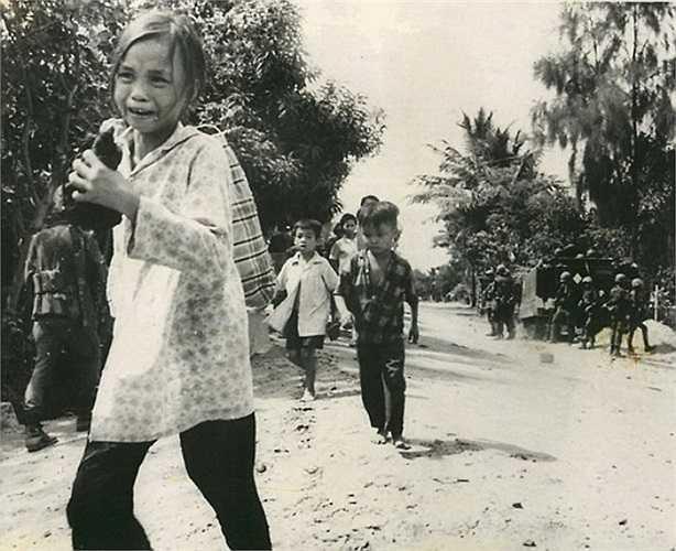 Một bé gái hoảng hốt tìm nơi lánh nạn cùng bạn bè trên một con đường ở Hòa Vang, Đà Nẵng, khi giao tranh xảy ra ngày 28/8/1968.