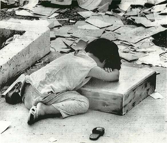 Một bé gái ngủ gục khi chờ được di tản khỏi thành phố Kontum, ngày 13/5/1972.