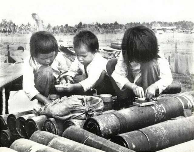Những em bé chơi đồ hàng trên những ống đựng đạn pháo ở tỉnh Chương Thiện (ngày nay thuộc địa phận TP Cần Thơ và tỉnh Kiên Giang), ngày 29/1/1973.