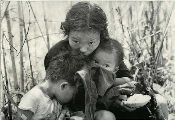 Người vợ và hai đứa con mới 1 và 4 tuổi của người nông dân Lê Văn Minh đang lo lắng sau khi bị áp giải khỏi nơi ở bằng trực thăng ở gần tỉnh Sông Bé, ngày 27/4/1966.
