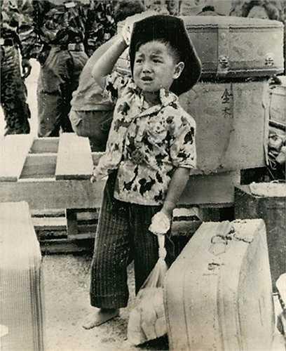 Từ ngôi làng bị phá hủy bởi trong vùng chiến tranh, em bé này được đưa về trại mồ côi ở Sài Gòn ngày 10/3/1965. Không ai biết số phận cha mẹ em ra sao.