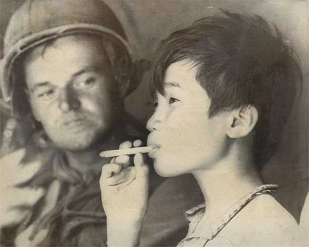Cậu bé mồ côi này đã học được cách quấn và hút thuốc lá từ các binh sĩ Mỹ tại căn cứ của Sư đoàn Kỵ binh bay số 1. Ảnh chụp ngày 17/10/1966.