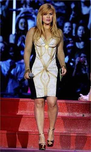 1m60 là chiều cao của quán quân American Idol mùa đầu tiên Kelly Clarkson.