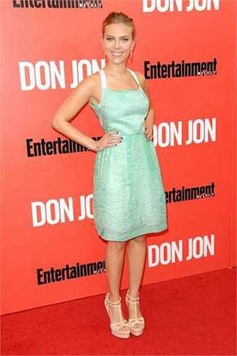 Scarlett Johansson khiêm tốn hơn với chiều cao 1m62 nhưng không ai có thể phủ nhận tài năng và vẻ nóng bỏng của nữ diễn viên từng được tạp chí Esquire bình chọn là 'Phụ nữ gợi cảm nhất thế giới 2006'.
