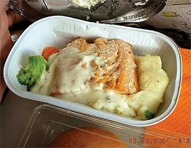 'Nạn nhân' của bữa ăn này nhận xét: 'Điều tồi tệ nhất kể từ khi tôi đi hãng Aeroflot. Cá hồi cùng tuổi với bà ngoại của tôi chăng?' Những đồ ăn đông lạnh để lâu là nguyên nhân khiến hành khách mất cảm tình với hãng bay.