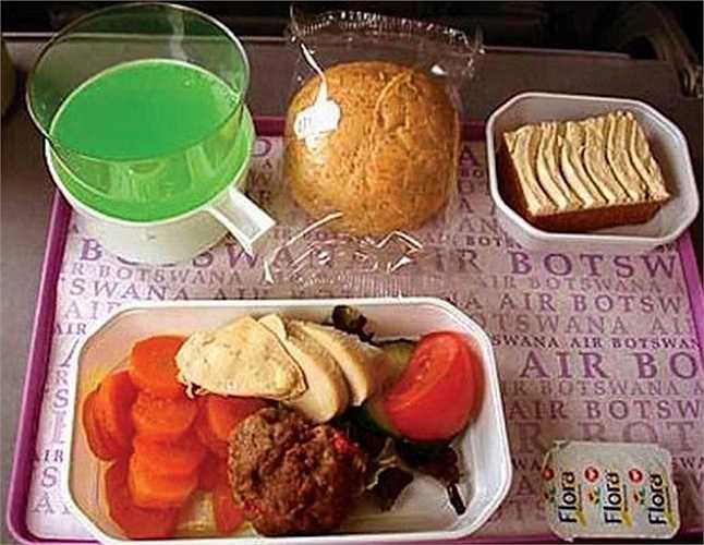 Một hành khách trên một chuyến bay của Air Botswana dường như không xác định nổi anh đang ăn gì: 'Thịt gì đó với rau gì đó. Đây là một câu hỏi... lắt léo? Đồ uống là một ít soda xanh huỳnh quang'.
