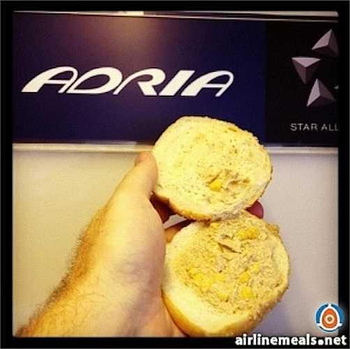 'Tủi nhục' là cảm giác mà một số hành khách trải nghiệm khi được phục vụ món 'bánh mỳ kẹp vụn cá ngừ' trên một chuyến bay của hãng Adria Airways.