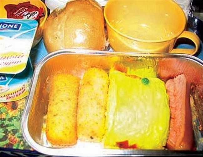 Một hành khách hãng Ukraine International mô tả: 'Điều nổi bật nhất về bữa ăn này là màu vàng khủng khiếp của món trứng tráng. Có lẽ đây là nỗ lực của nhân viên thực phẩm để ủng hộ cho cuộc Cách mạng Cam ở Kiev. Xúc xích dai như nhựa, vì vậy tôi không đụng đũa?'.