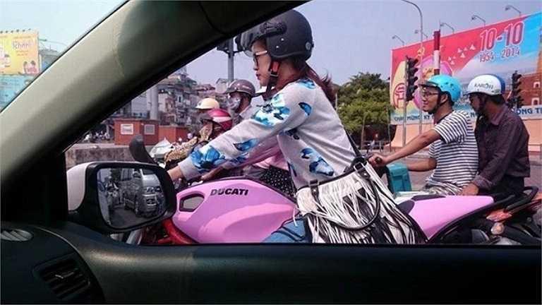 Cách đây vài ngày, dân mạng liên tục tìm hiểu thông tin về cô gái lạ cưỡi Ducati hồng nổi bật tại ngã tư Lê Duẩn - Giải Phóng, Hà Nội. Theo thông tin tìm hiểu, cô gái trong ảnh là Hạnh Nguyên, sinh năm 1993. 9X sở hữu chiếc xe Ducati Monster màu hồng - mẫu xe phân khối lớn được mệnh danh là 'quái vật' với dáng vẻ rất ngầu. Ảnh: Đất Việt.