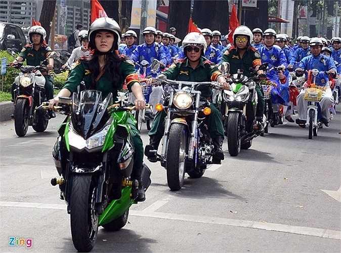 Dù chỉ xuất hiện trong vai trò dẫn đầu đoàn mô tô diễu hành tại lễ cưới tập thể của 100 cặp đôi diễn ra sáng 15/10 ở Sài Gòn, nhưng cô gái sinh năm 1995, Nguyễn Lâm Thanh Tú cũng đã được nhiều bạn trẻ ngưỡng mộ vì phong cách điều khiển xe phân khối lớn của mình. Ảnh: Lê Quân.