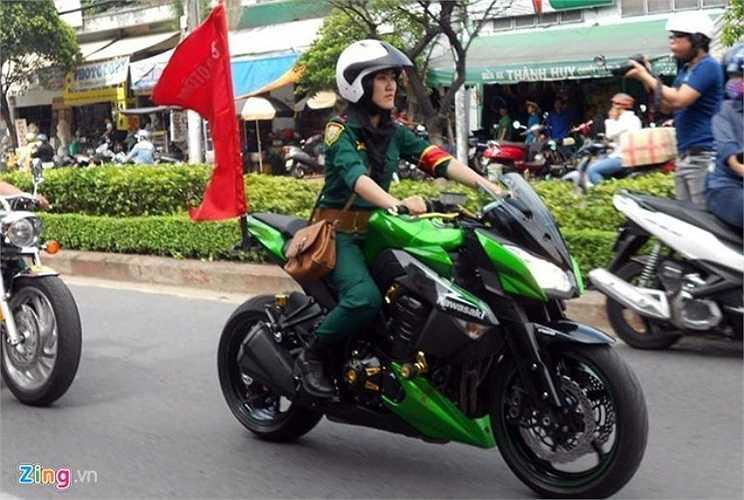 Tú cho biết niềm đam mê với xe phân khối lớn hình thành trong mình từ ngày còn rất nhỏ. Hiện nay 9X đang sở hữu chiếc mô tô Kawasaki Z1000 màu xanh lá cây. Đây cũng chính là chiếc xe cô cưỡi, gây chú ý sáng 15/10. Ảnh: Lê Quân.