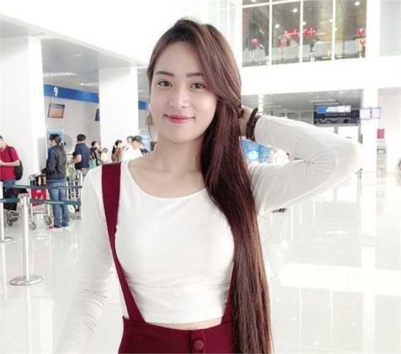 Sau khi xuất hiện trên một số báo mạng, trang tin, chân dung về thiếu nữ Huế mê xe cũng được công khai. Nhờ ngoại hình sáng, cô nhận được nhiều lời khen của cộng đồng mạng. Ảnh: Đất Việt.