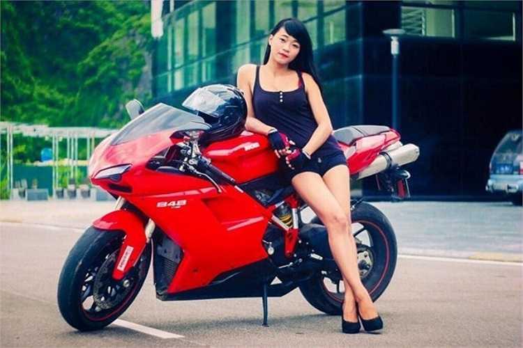 Là nhân vật chính trong loạt ảnh thiếu nữ cưỡi Ducati gây sốt trên đường phố Quảng Ninh, Trần Phương Diễm, sinh năm 1996 nhanh chóng trở thành cái tên được giới trẻ tìm kiếm trên mạng xã hội giữa tháng 7 vừa qua. 9X cho biết chiếc xe tiền tỉ trong hình là của một người bạn, cô đang sở hữu chiếc xe tay côn Cbr 150 nhưng lại có kinh nghiệm dày dặn khi từng chạy qua hơn 10 loại mô tô với các chủng loại, màu sắc, kiểu dáng khác nhau. Ảnh: NVCC.