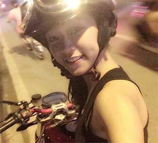 Trong đợt thi ĐH, CĐ vừa qua, một mình Diễm chạy mô tô từ Quảng Ninh lên Hà Nội dự thi. Dù nhỏ tuổi nhưng Phương Diễm đang là quản lý  fanpage Sport Team, một đội thể thao chuyên nghiệp, nơi hội tụ những chiếc mô tô có giá trị cao. Nhờ khả năng giao tiếp, ngoại hình ưa nhìn, cô thu hút nhiều thành viên tâm huyết đến với cộng đồng mê xe này. Ảnh: FBNV.