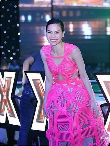 Là biểu tượng thời trang của showbiz Việt, Hà Hồ luôn khiến khán giả phải chờ đợi xem cô mặc gì trong mỗi lần xuất hiện.
