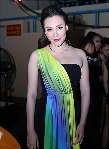 Cũng khoe vai trần trong đêm thi này, giám khảo Hồ Quỳnh Hương trông cuốn hút, gợi cảm với làn da trắng ngần. Cô mặc một thiết kế của Nguyễn Công Trí.