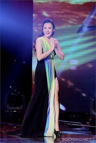 Trên sân khấu, bộ váy xẻ cao giúp nữ giám khảo khoe được chân thon dài. Ở vai trò giám khảo, Hồ Quỳnh Hương luôn nhận được lời khen ngợi từ khán giả vì có chuyên môn cao và nhận xét rất chuẩn xác, thuyết phục.