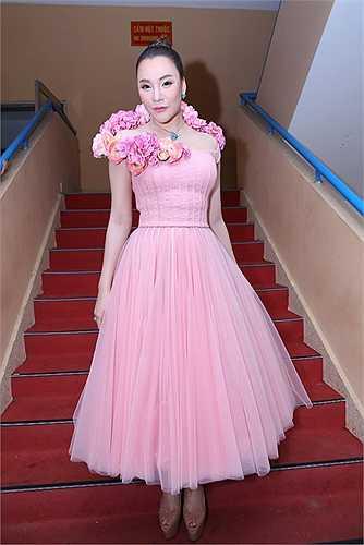 Kể từ khi ngồi 'ghế nóng' X-Factor, Hồ Quỳnh Hương được nhận xét có sự tiến bộ về gu thời trang và làm đẹp. Mỗi tuần, cô đều mang đến bất ngờ cho khán giả lẫn đồng nghiệp.