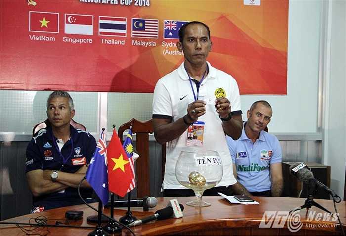 Theo thứ tự ưu tiên, HLV Hassan Waras của U21 Malaysia được mời bốc thăm trước. Rất may cho Hassan Waras và các học trò khi ông bốc được lá thăm số 1, tương đương với vị trí nhất bảng B.