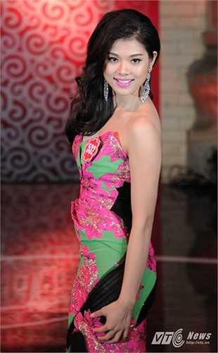 Mang số bá danh 532, Đỗ Thị Huệ chọn chiếc váy có các gam màu nhẹ nhàng trong phần thi trang phục dạ hội của mình