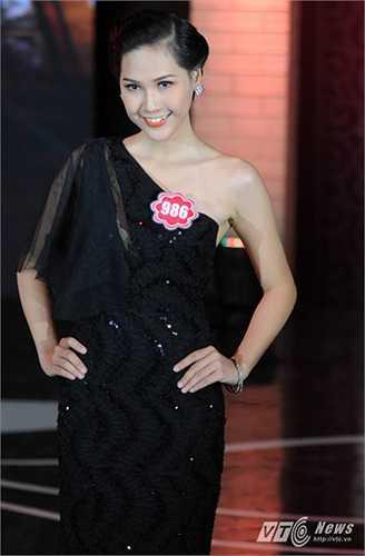 Một cô gái Huế khác mang tên Nguyễn Thị Hà Vy cũng có mặt trong top 20 đêm chung khảo miền Bắc