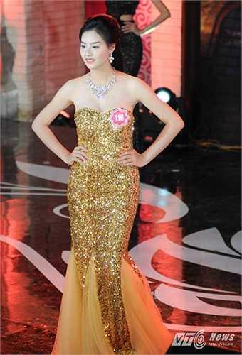 Người đẹp Phạm Thùy Trang, số báo danh 116 trình diễn bộ váy dạ hội trước khi được thông báo đã lọt vào vòng trong