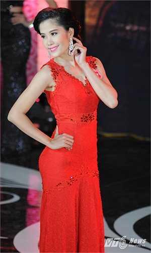 Thí sinh có cái tên đặc biệt nhất đêm chung khảo miền Bắc Nguyễn Thị Lệ Nam Em trong trang phục dạ hội màu đỏ hút mắt