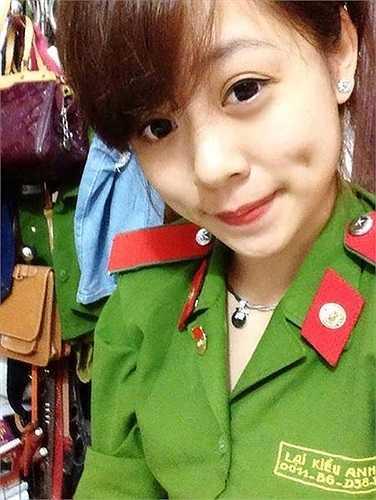Cô nàng xinh đẹp này là Lại Kiều Anh (sinh 1994), là chi hội trưởng khóa D38 của Học viện Cảnh sát nhân dân.