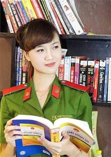 Với ngoại hình xinh xắn cùng bảnh thành tích học tập đáng nể, cô bạn là một trong những nữu sinh được quan tâm và chú ý nhất Học viện Cảnh sát.